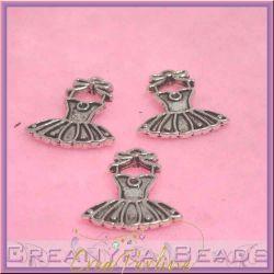 10 Pz Ciondolo Charms Vestitino in metallo argentato antico 21 mm
