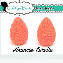 Perla Goccia in resina intagliata rilievo fiori colore Corallo Arancio