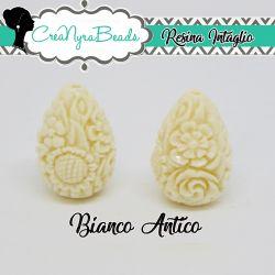 Perla Goccia in resina intagliata rilievo fiori colore Bianco Antico